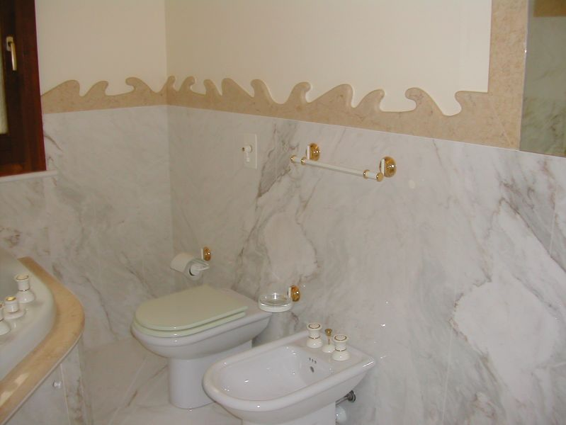Rivestimento bagno in Marmo Calacatta